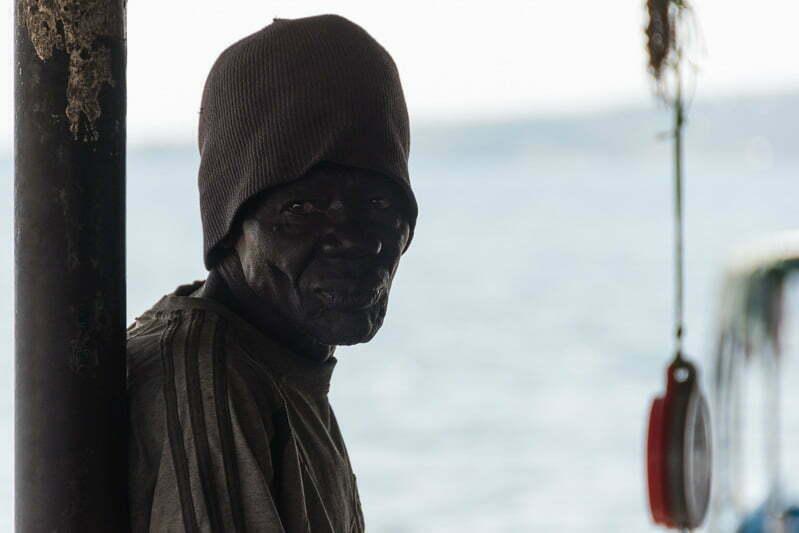 hombre con mirada perdida en el lago victoria
