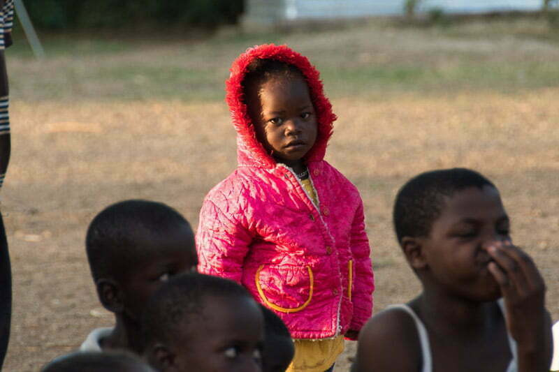 niña con chaqueta con capucha de color fucsia lago victoria