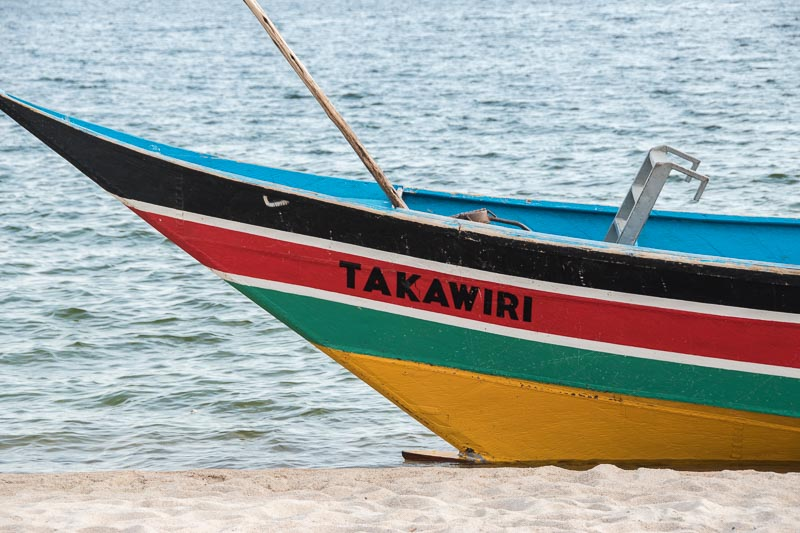 barca pintada de colores con nombre Takawiri lago victoria