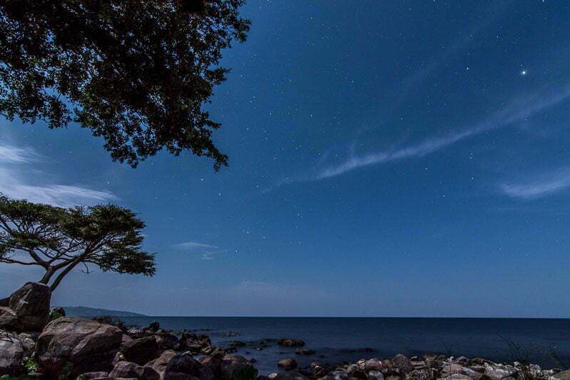 noche con estrellas y alguna nube en lago victoria