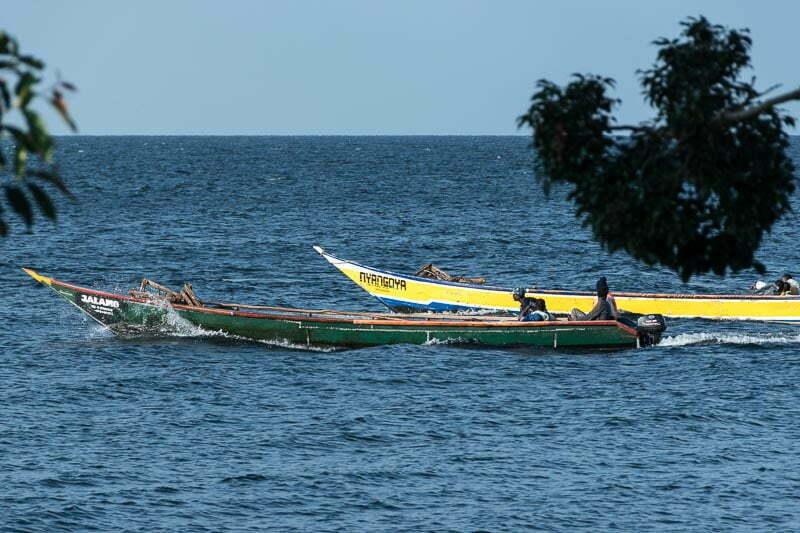 pescadores con sus barcas saliendo a faenar lago victoria