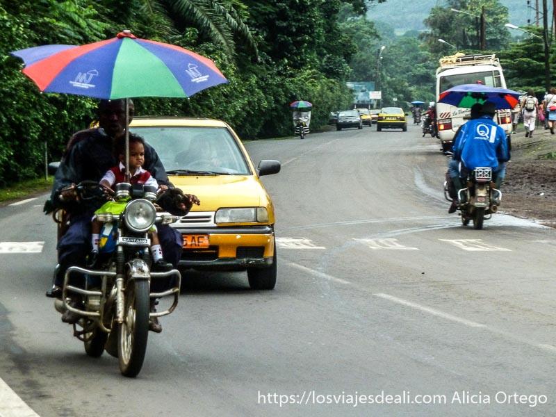 motos con paraguas incorporado en limbe