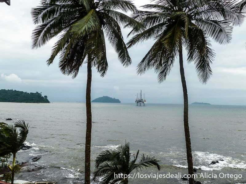 panorama costa de limbe con plataforma petrolífera