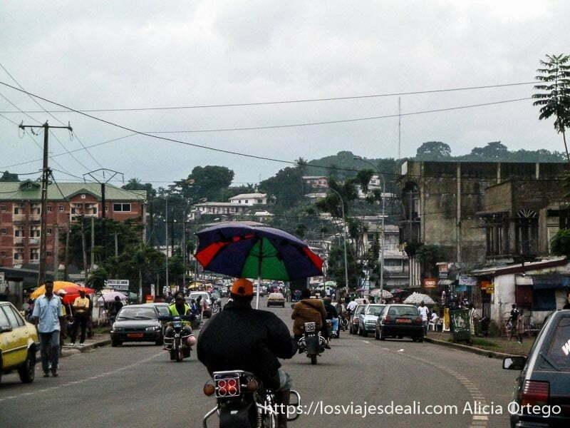 calle de limbe con moto con paraguas en primer plano