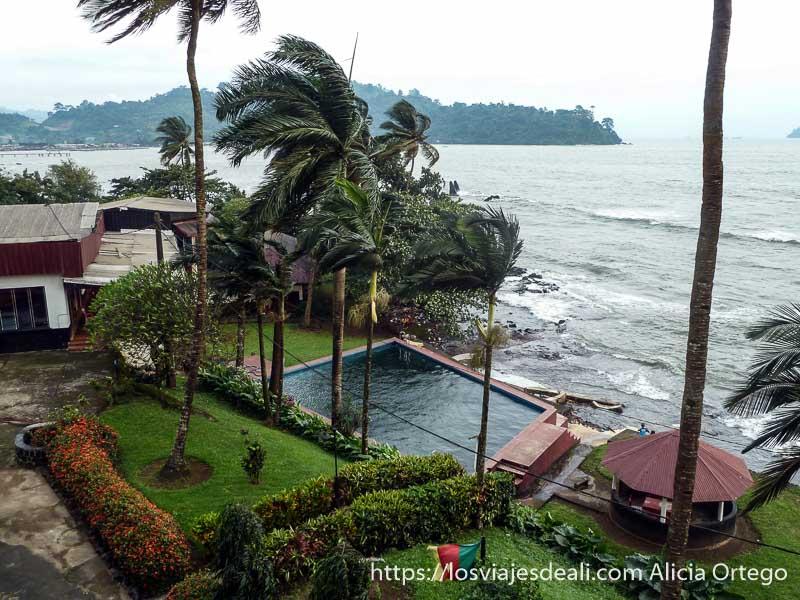 hotel en la costa con palmeras y piscina en limbe