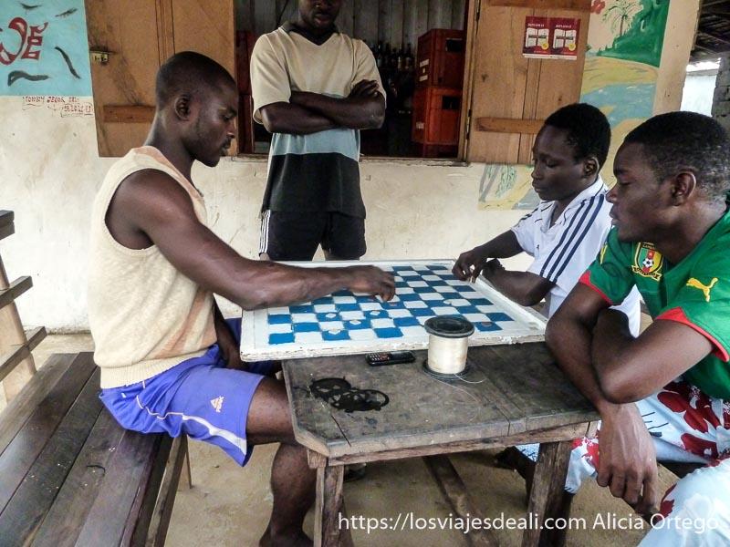 hombres jugando a damas en londji