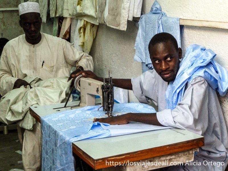 sastre bordando traje de color azul en maroua la ciudad más poblada del extremo norte de camerún