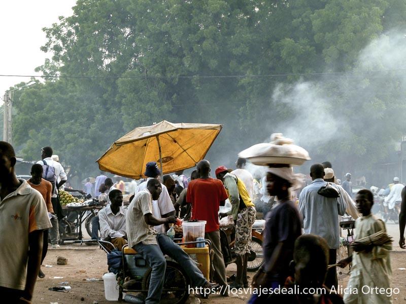 puestos de pinchos a la brasa soltando humo en la calle en maroua la ciudad más poblada del extremo norte de camerún