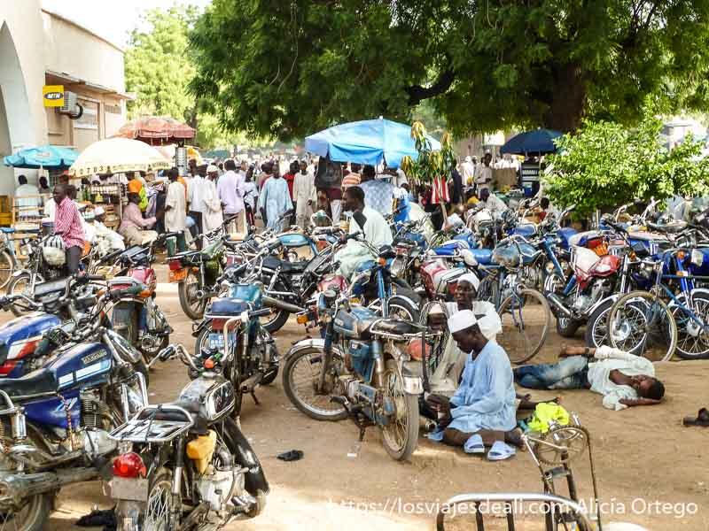 zona llena de motos aparcadas frente al mercado en maroua