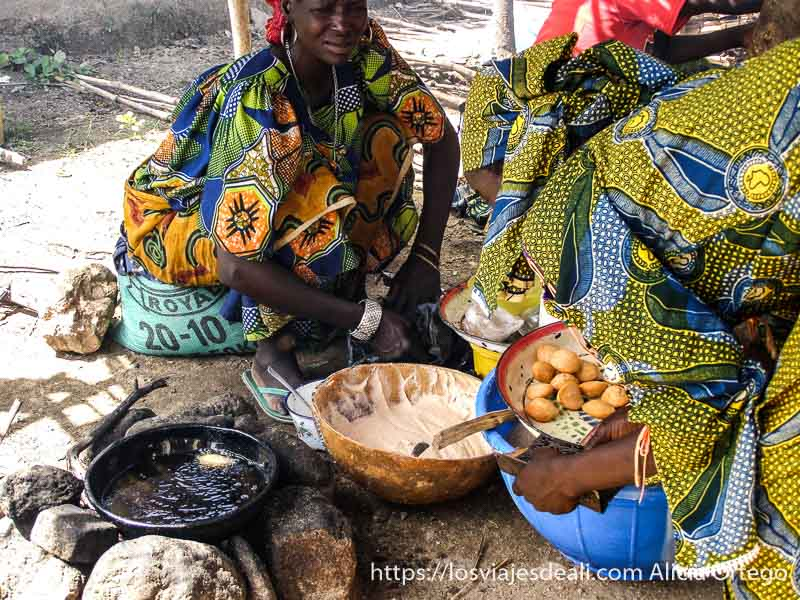 mujeres haciendo buñuelos mercado de tourou