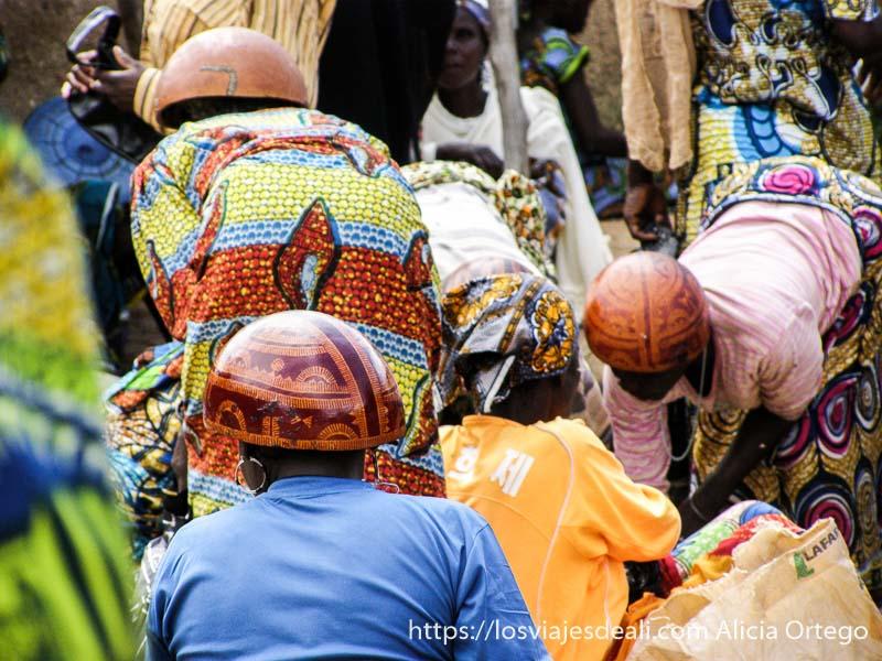 mujeres con sombreros de calabaza de espaldas mercado de tourou