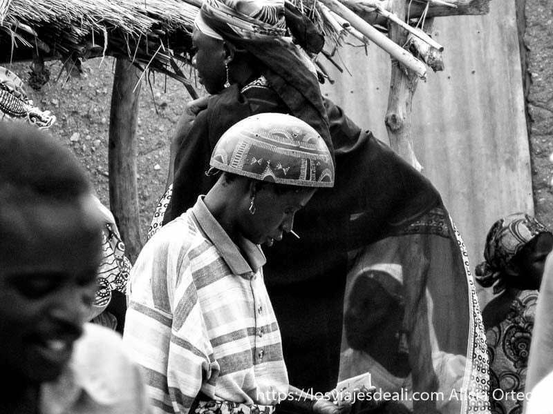 mujer con sombrero calabaza de perfil y se aprecia clavo en la nariz mercado de tourou