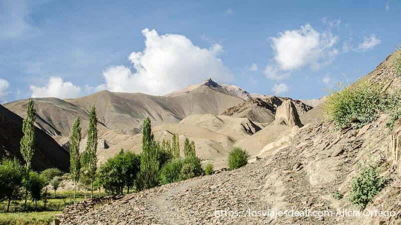 paisaje de montañas peladas monasterio de lamayuru