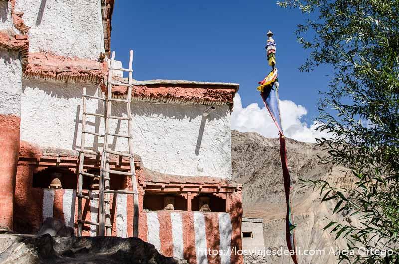 monasterio de wanla con escaleras de madera