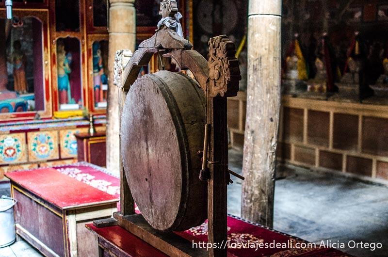 tambor para llamar a los monjes en el monasterio de lamayuru