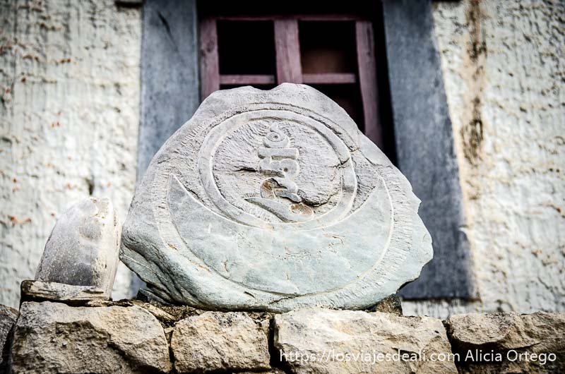 símbolo de Om dentro del sol y luna en una piedra en el monasterio de lamayuru