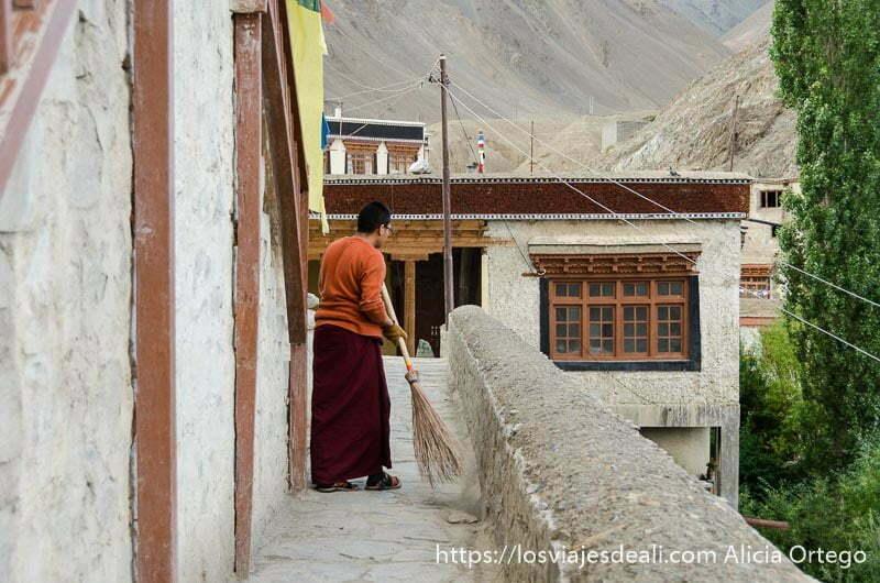 monje barriendo la puerta del monasterio de lamayuru