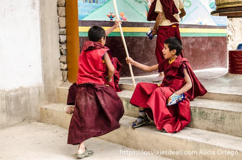 niños monje jugando en el monasterio de lamayuru