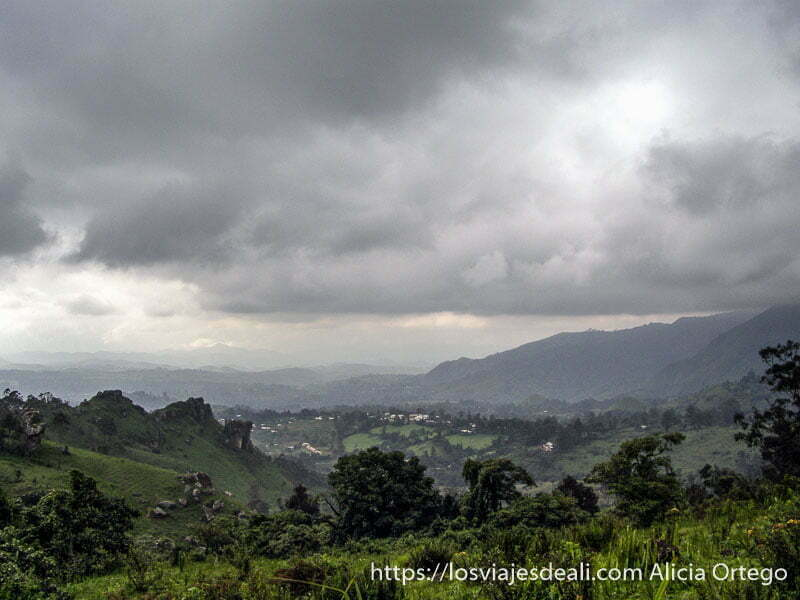 paisaje de montes bamileké con nubes de tormenta