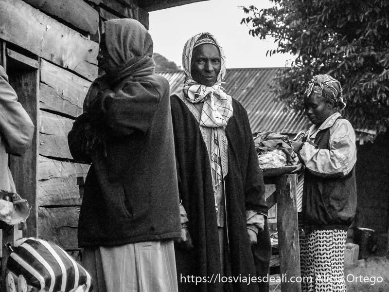 hombres con pañuelos en la cabeza y chaquetas sobre prendas tradicionales en sabga montes bamileké