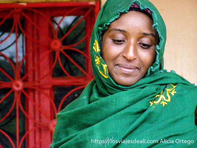 mujer de la cooperativa de sabga con hiyab verde montes bamileké