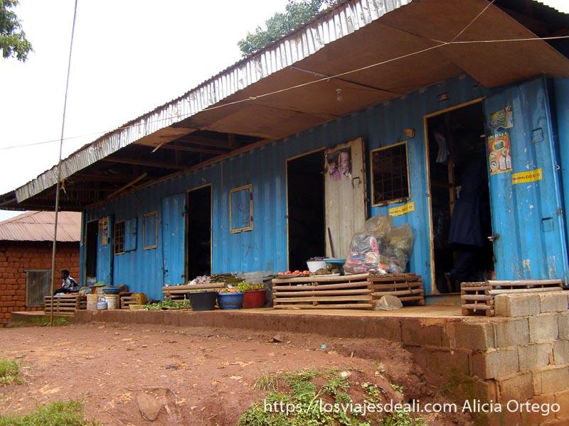 comercios en un antiguo contenedor de mercancías en sabga montes bamileké