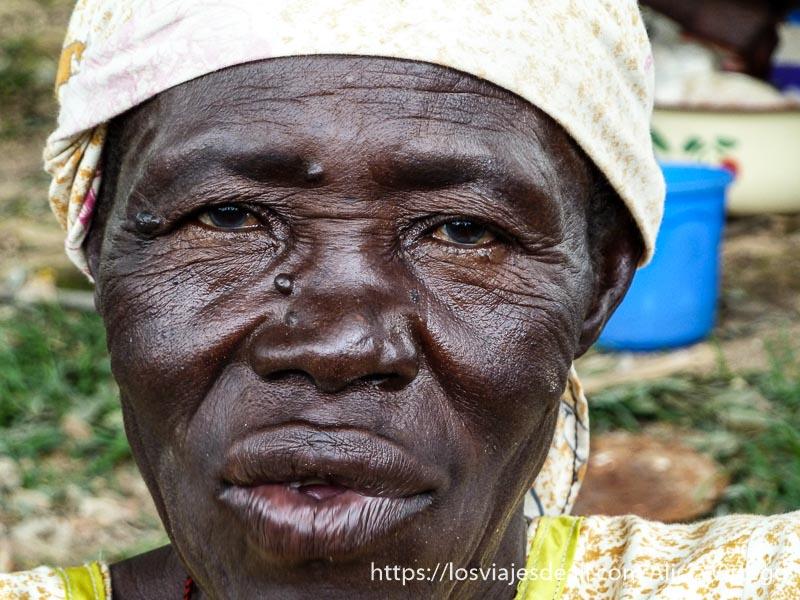 mujer mayor mirando a la cámara montes mandara