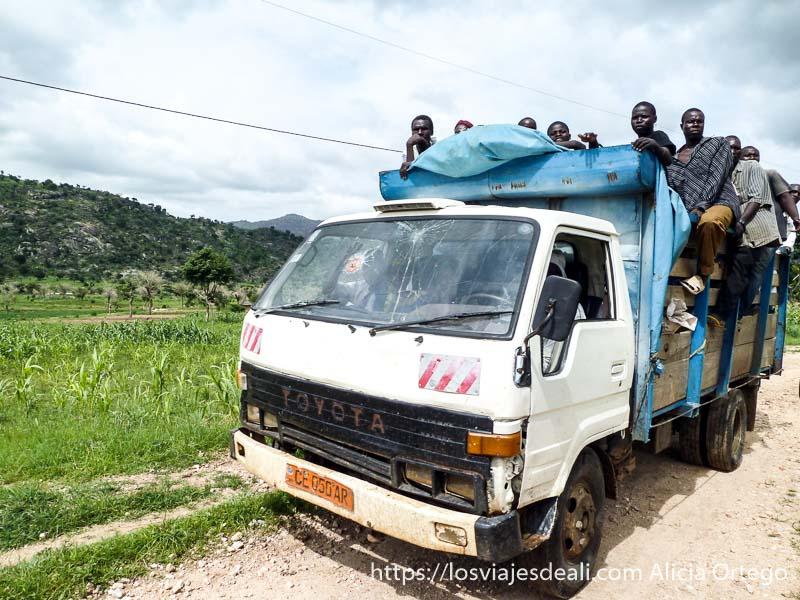 un montón de jóvenes subidos a un camión montes mandara