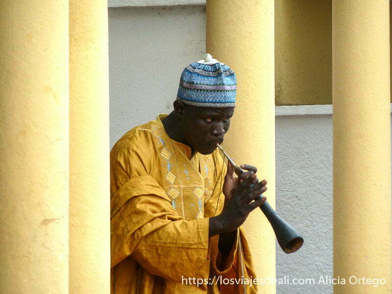 músico tocando una trompeta ngaoundere