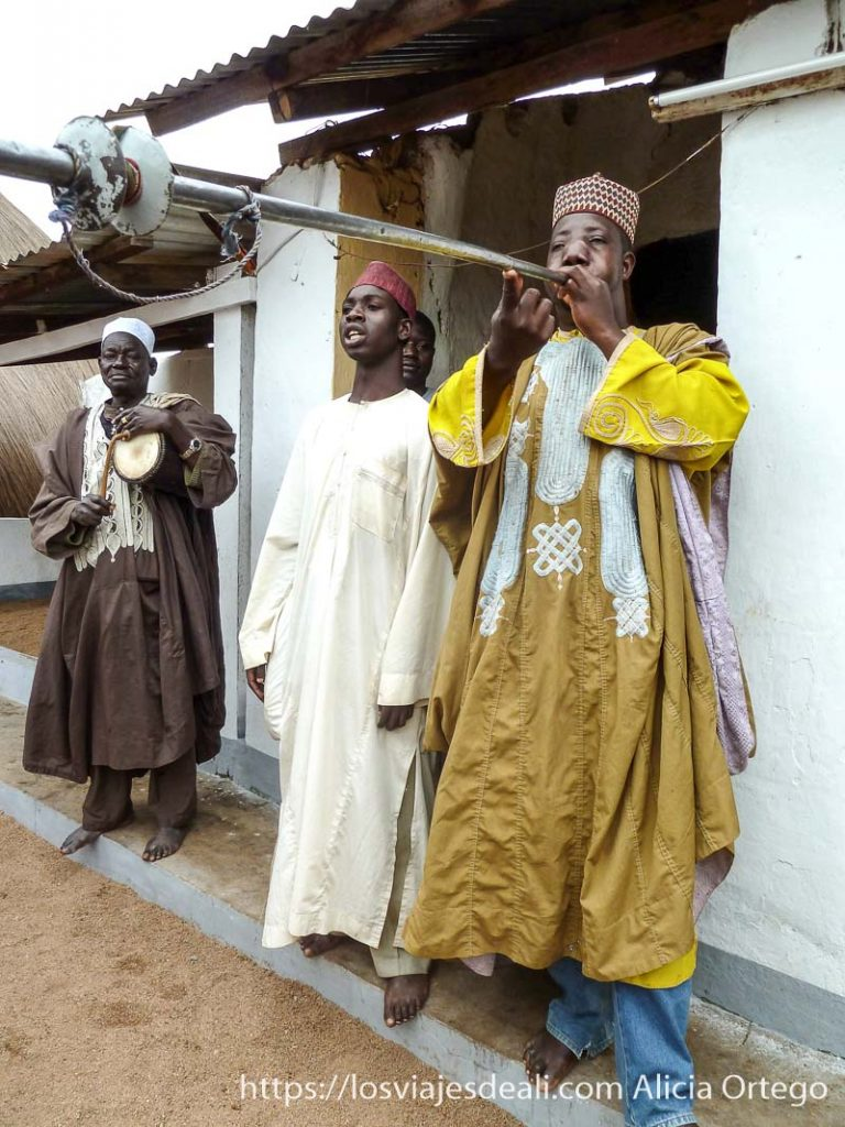 músico tocando una gran trompeta ngaoundere