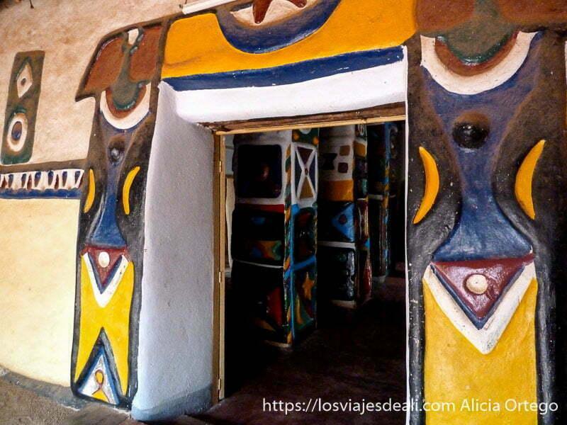 puesta del palacio y dentro sala de columnas todo pintado de colores ngaoundere