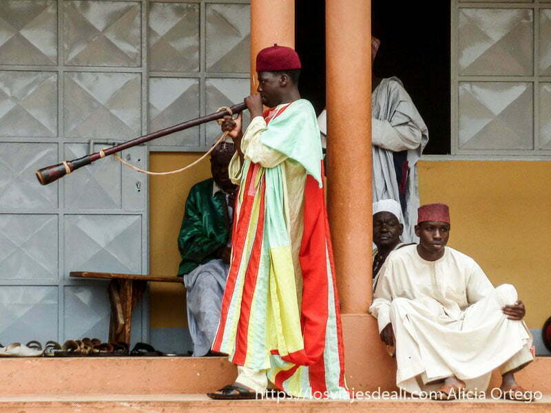 músico tocando una trompeta larga ngaoundere