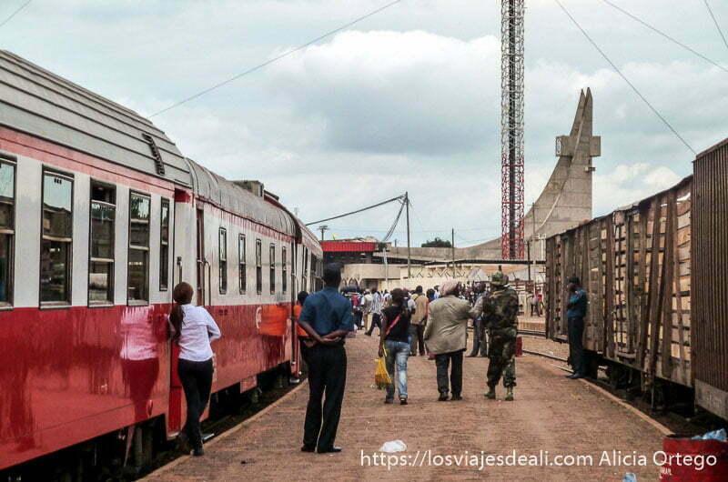 estación de ngaoundere con tren a punto de salir