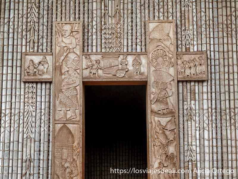 puerta con relieves de madera de escenas de la vida
