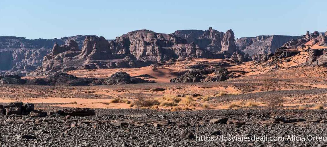 tadrart rouge con rocas volcánicas y arena roja paisajes del sahara