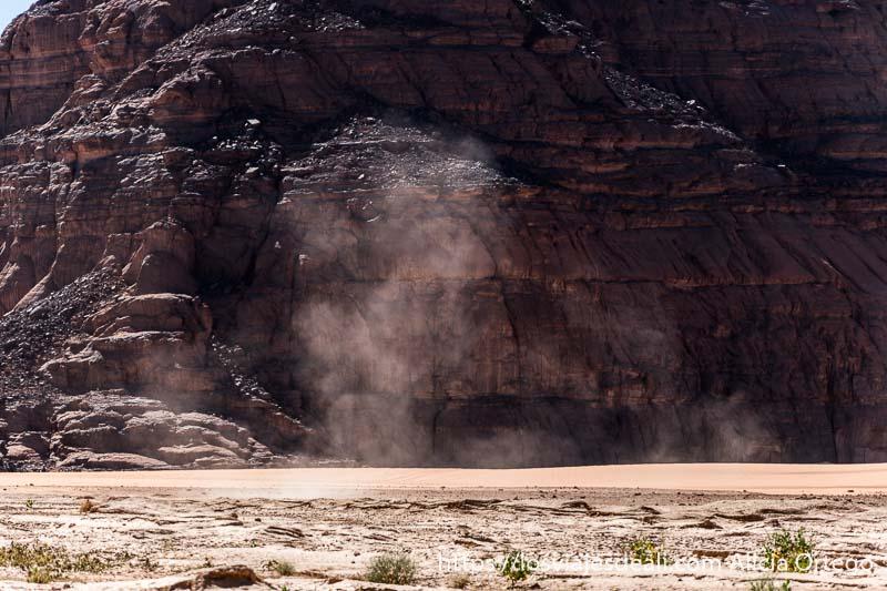 remolino de polvo frente a pared de roca paisajes del sahara