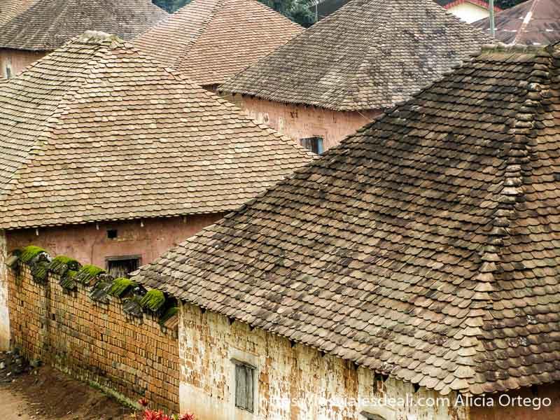 grupo de tejados a cuatro aguas con tejas en el palacio del reino de bafut