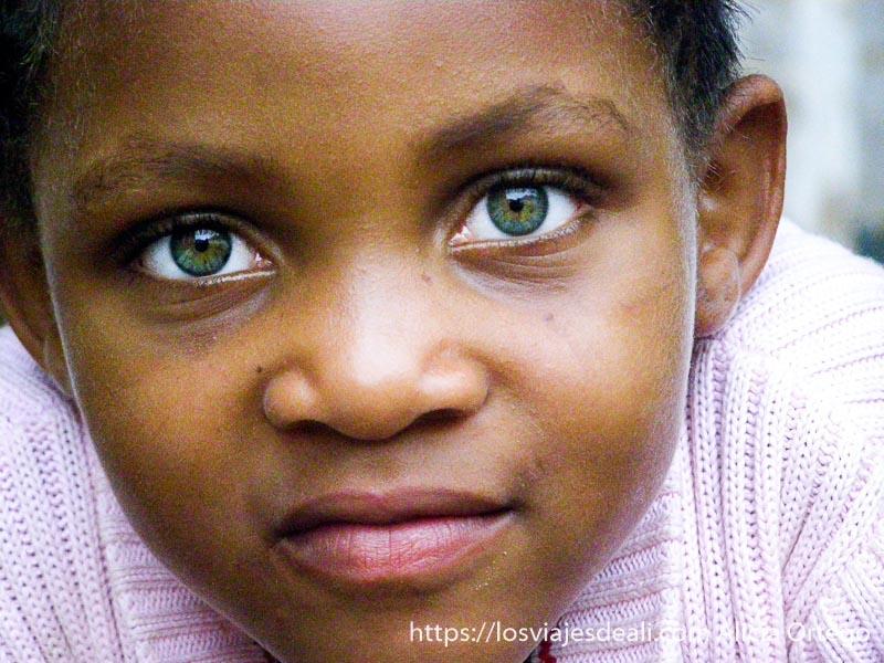 retrato de niña con ojos muy verdes en el reino de bafut