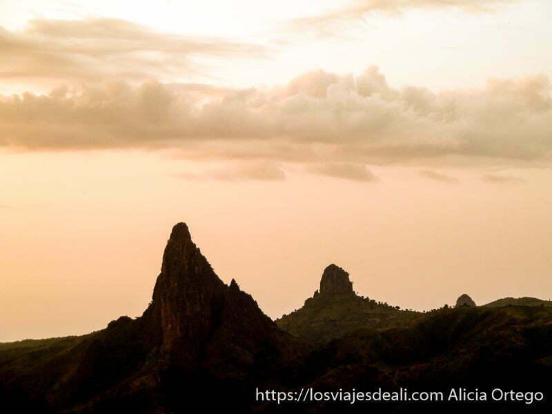 agujas de roca y cielo de color anaranjado rumsiki camerún