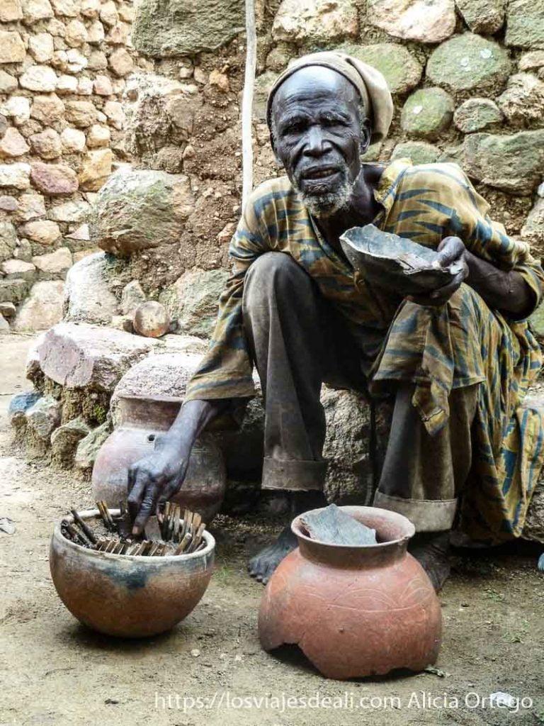 brujo del cangrejo con vasija donde pone al animalillo rumsiki camerún