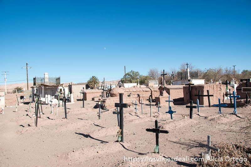 tumbas sencillas con cruces de madera en el cementerio de San Pedro atacama