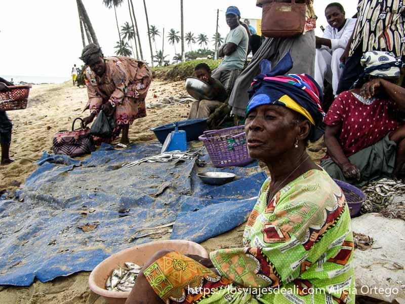 señoras vendiendo pescado en la playa