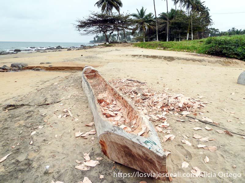 barca de tronco de árbol en construcción sur de camerún kribi