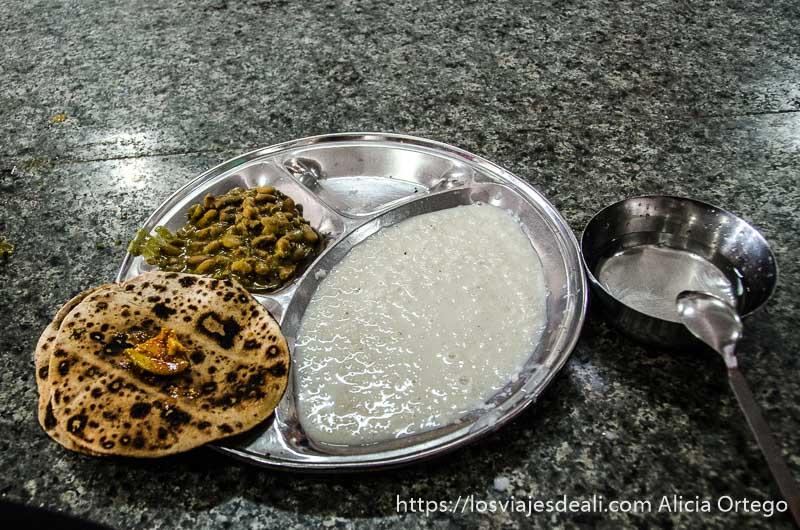 plato de comida con alubias, dos chapatis y arroz