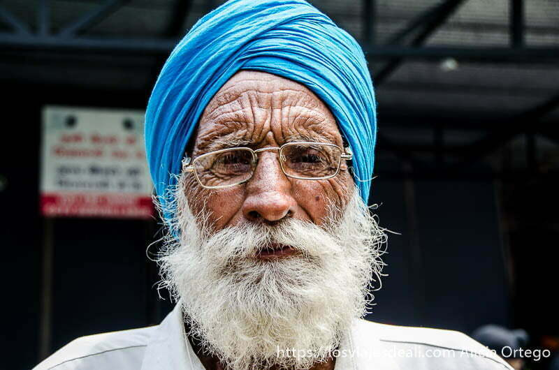 anciano de barba blanca con turbante azul y gafas retratos de india