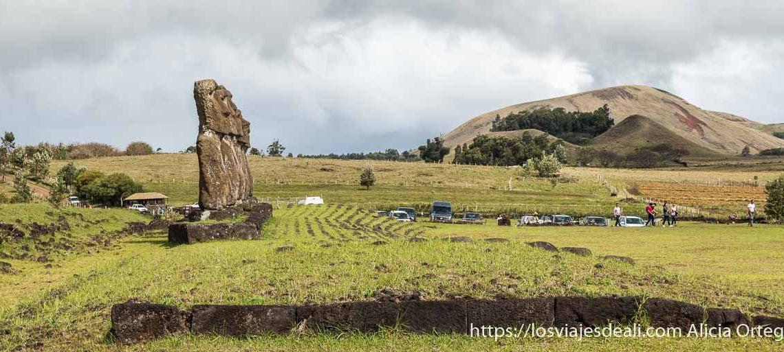 moais del ahu akivi con volcán al fondo tours en isla de pascua