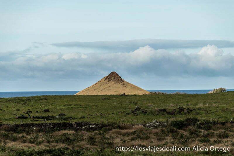 volcán en medio del paisaje con mar de fondo tours en isla de pascua