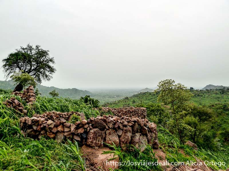 paisaje muy verde con cielo nublado trekking en los montes mandara de camerún