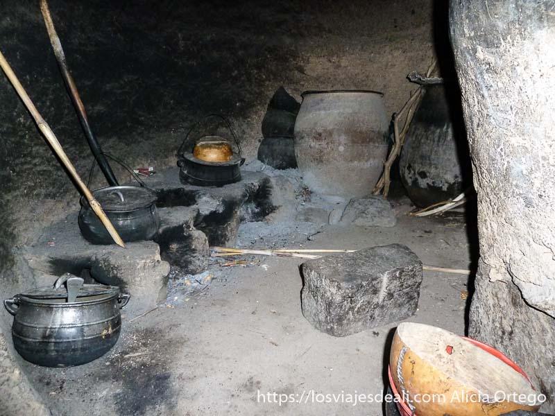 interior de cocina con ollas de hierro y tinajas de barro trekking en los montes mandara de camerún