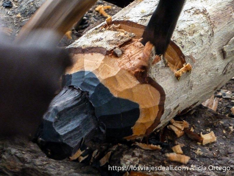 hombre trabajando tronco de ébano trekking en rumsiki